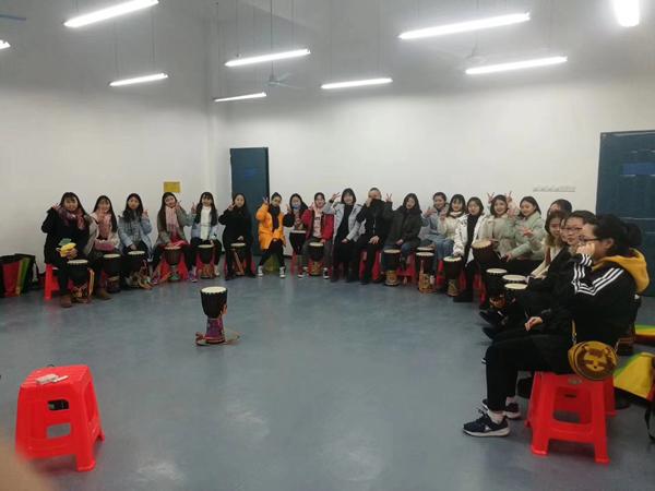 童声琴行教师在幼师授课
